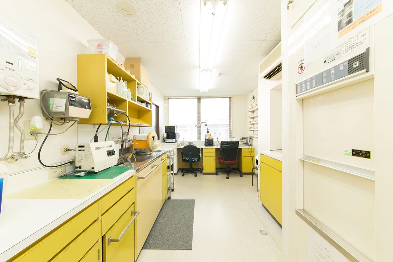 当院は院内技工室を設け、歯科技工士が常駐しております